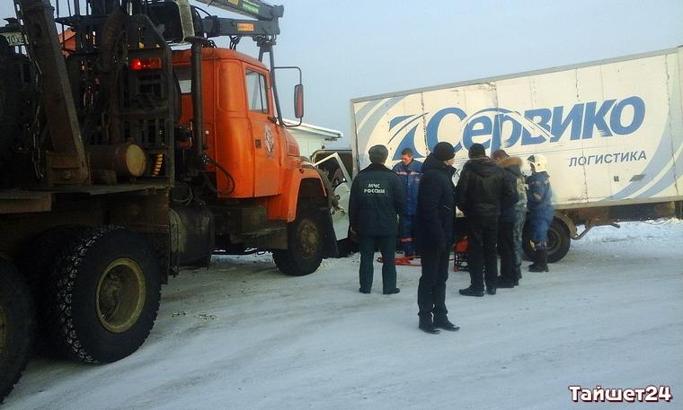 В Тайшете столкнулись два грузовика (видео, фото)