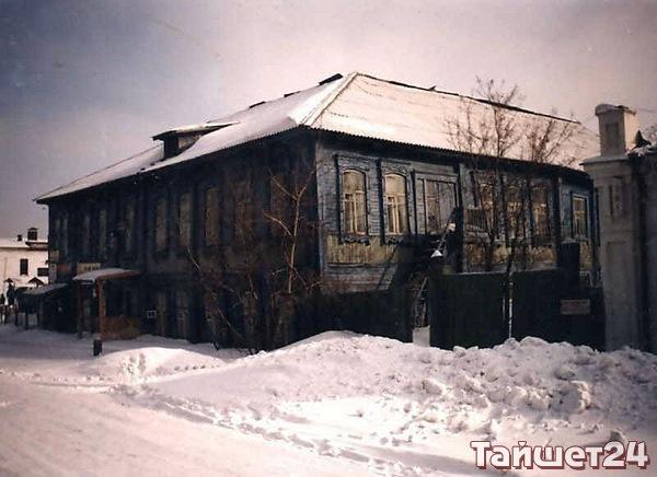 По левой стороне от площади Базарной купец Зюзенцев построил этот дом. В 2015 году его разобрали по брёвнышку.