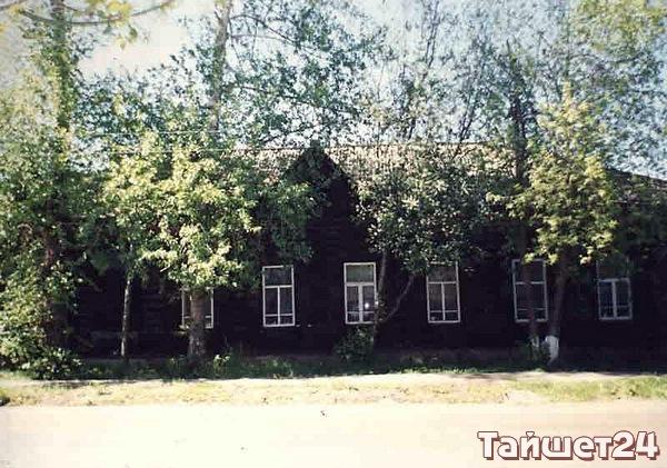 Улица Чапаева, №20, жилой дом, один из наиболее интересных архитектурных памятников Тайшета начала XX века.