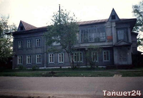 Улица Ленина, д.118. В 1911 г. в этом доме располагался первый в Тайшете фотосалон. Здание построено в начале 20 века.