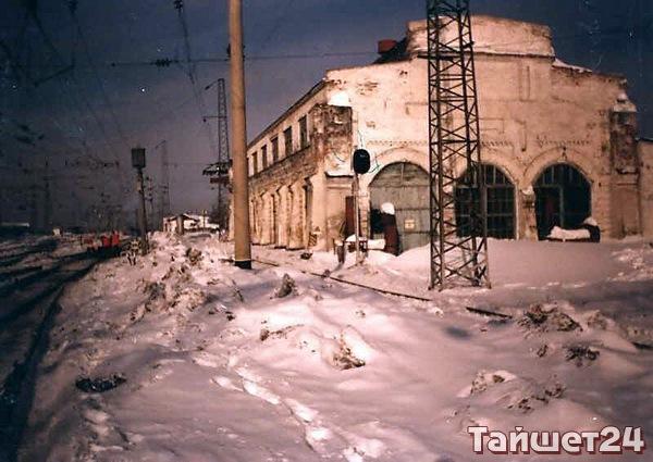 Здание вагонно–ремонтных мастерских, одно из первых предприятий Тайшета. Построено в 1904 г.