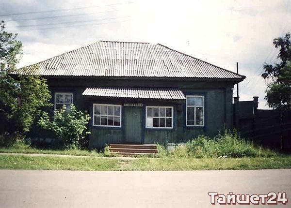 Здание городской библиотеки (сейчас находится в ведении МВД). Построено в 1949 году.