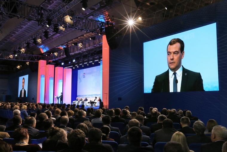 Скоро выборы. Медведев призвал не верить тем, кто обещает «золотые горы»