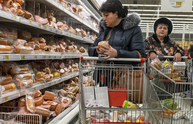 Россияне больше половины доходов стали тратить на еду