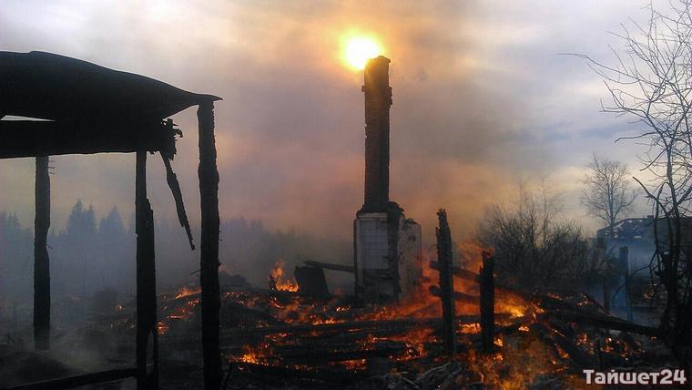 В грандиозном пожаре на окраине Бирюсинска дотла сгорели два дома