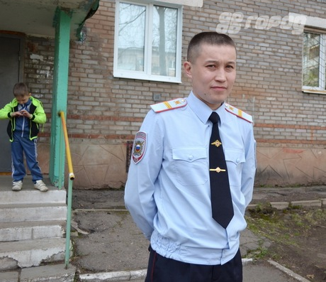 Братский полицейский поймал выпавшего из окна ребенка