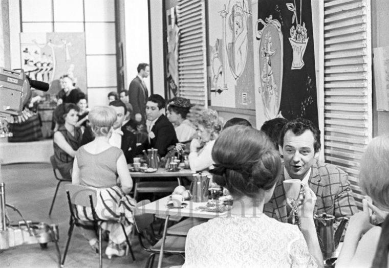 Этим гражданам СССР не досталось места в переполненной очереди, решили зайти в ресторан.