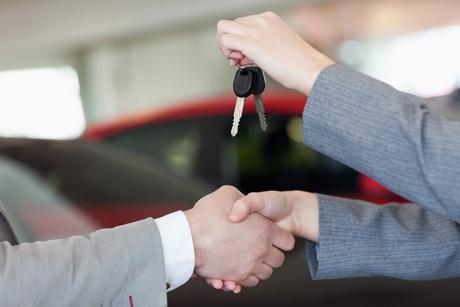 Красноярец познакомился с женщиной в соцсети, арендовал у нее авто и продал