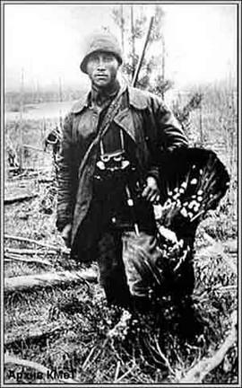 Удачный охотничий трофей. К.Д.Янковский с глухарем. (весна 1929 г.) Он был единственным участником экспедиции, которому позволялось удаляться от лагеря на значительное расстояние.