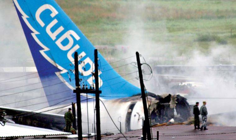 Аэробус А310 выкатился за пределы ВВП, врезался в гаражи и сгорел.