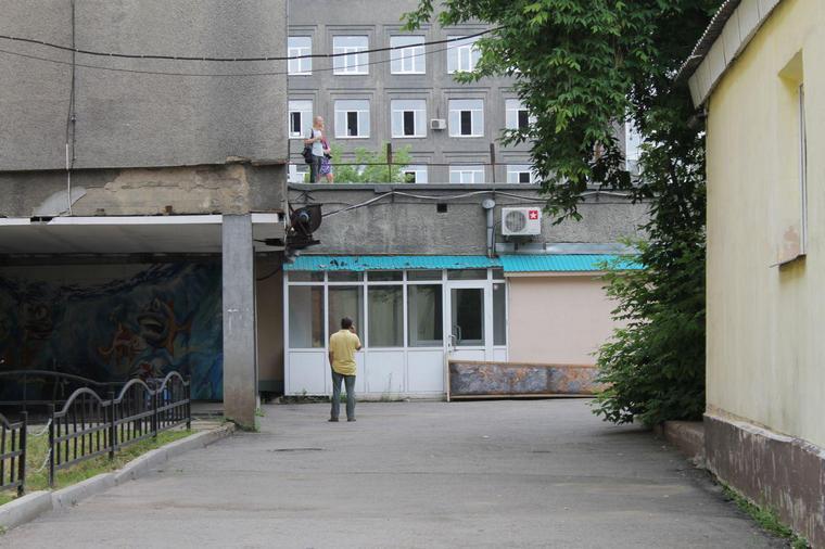 """Иркутские журналисты с крыши пытаются наблюдать за происходящим.  Фото: ИА """"ИркСиб""""."""