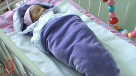 «Мне некуда с ней идти… я вернусь». Новорожденную девочку нашли с запиской на газоне у дома ребенка в Красноярске