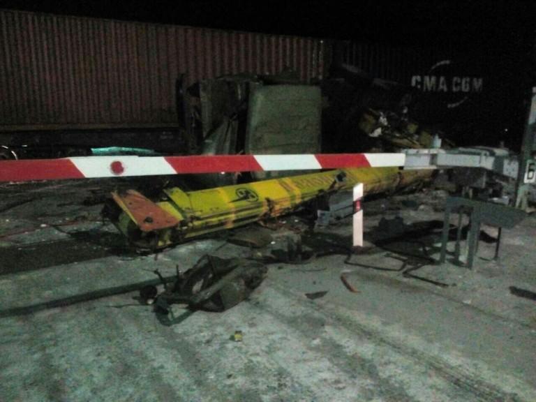 Автокран ипоезд столкнулись напереезде вИркутской области