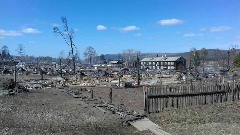 Самолет МЧС доставил гуманитарную помощь пострадавшим отпожаров жителям Иркутской области