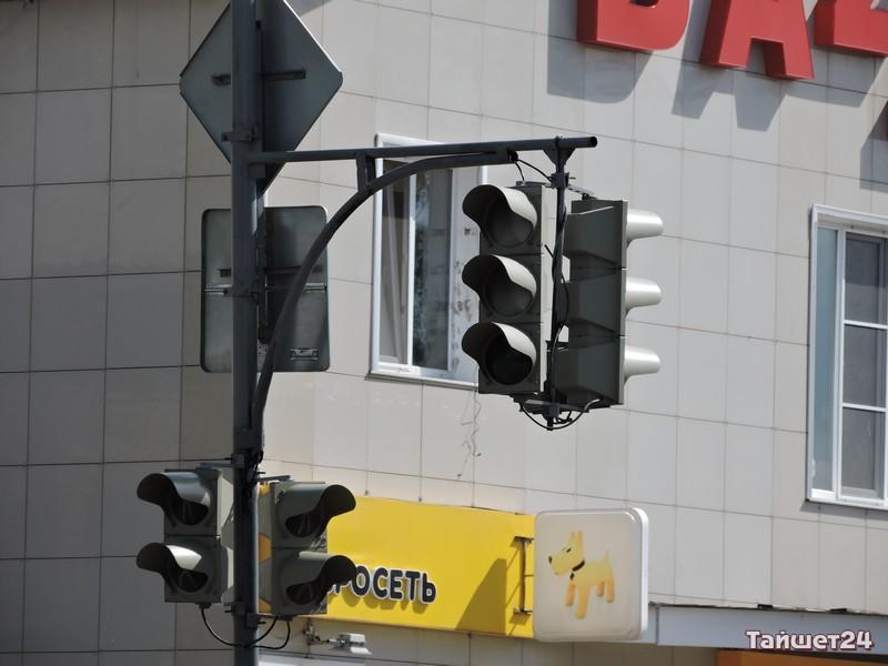 """Днём светофоры на """"Стройучастке"""" работают не всегда, а с раннего вечера до утра показывают исключительно жёлтый глаз"""