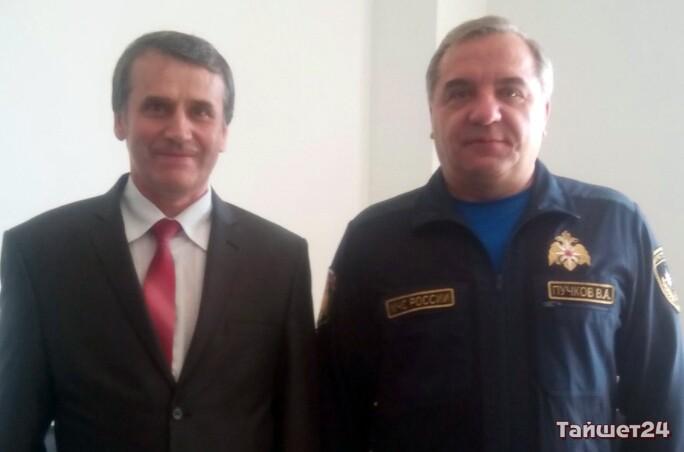 Исполняющий обязанности мэра Тайшетского района Михаил Малиновский и глава МЧС России Владимир Пучков.