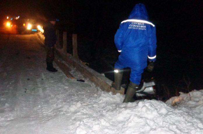 Автомобиль упал смоста вреку вТайшетском районе, два человека погибли