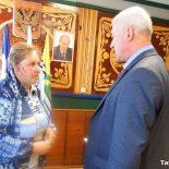 Поможем погорельцам всем миром: глава Тайшета вручил пострадавшей семье 80 000 рублей