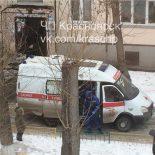 В Красноярске на женщину обрушился козырек подъезда