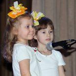 Песни и танцы, радость и слезы: дети подарили своим мамам и бабушкам концерт