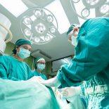 Рост зарплат медперсонала надо притормозить, полагают в Минфине России
