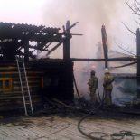 По улице Академика Павлова в Тайшете сгорели надворные постройки