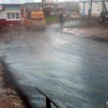 Фотофакт. В Бирюсинске в дождь укладывают асфальт