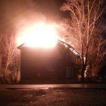Ещё один двухэтажный барак сгорел в Тайшете минувшей ночью. Видео очевидцев