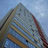 В Красноярском крае мужчина уронил с 6 этажа стекло на голову ребёнка