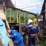 Как тайшетские спасатели провалившегося в колодец котёнка вытащили. Фоторепортаж без слов