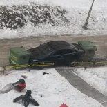 За перекрытый тротуар красноярского автохама заблокировали мусорными баками