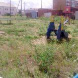 Нам пишут. Пора выкосить траву и навести порядок в грязной «коробке»