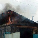 В Тайшете горит брусовой гараж по улице Свердлова