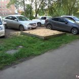 Фотофакт. Как в микрорайоне Пахотищева газон превратили в автопарковку