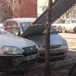 Упавший с крыши профлист повредил припаркованный Honda Fit в Иркутске