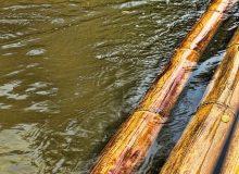 Детей уносило течением реки: красноярский полицейский плыл за ними несколько километров