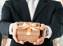 В России хотят разрешить чиновникам получать дорогие подарки