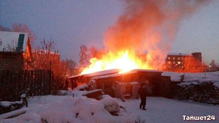 В Тайшете по улице Суворова горят деревянные сараи (видео)
